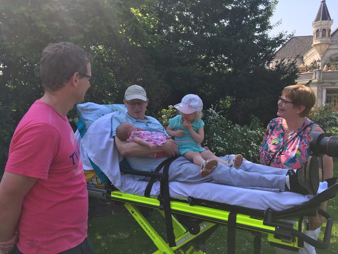 Alex met zijn kleindochters op schoot. Joke (rechts) straalt.