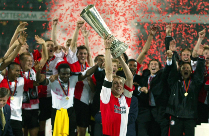 Paul Bosvelt toont de UEFA Cup in 2002. In de finale klopte Feyenoord in de Kuip Borussia Dortmund met 3-2.