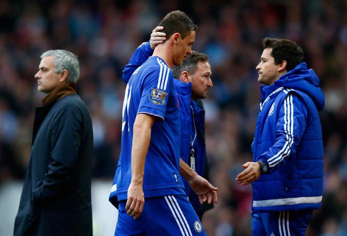 Nemanja Matic loopt langs Mourinho nadat hij een rode kaart heeft gekregen.