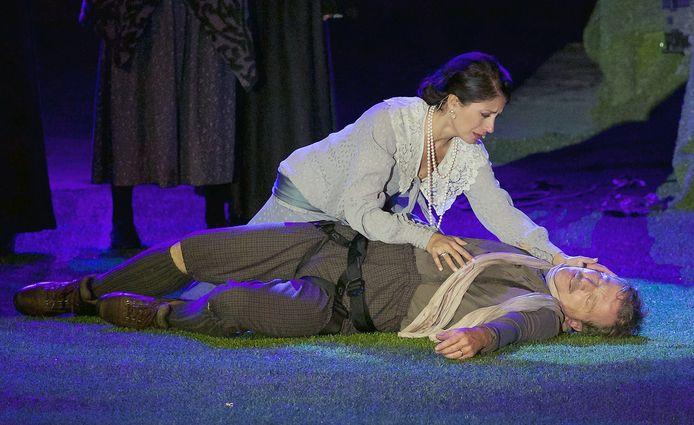 Een pakkend moment. De koning (Lucas Van den Eynde) is van de rots gevallen, de koningin (Sasha Rosen) buigt zich over haar man.