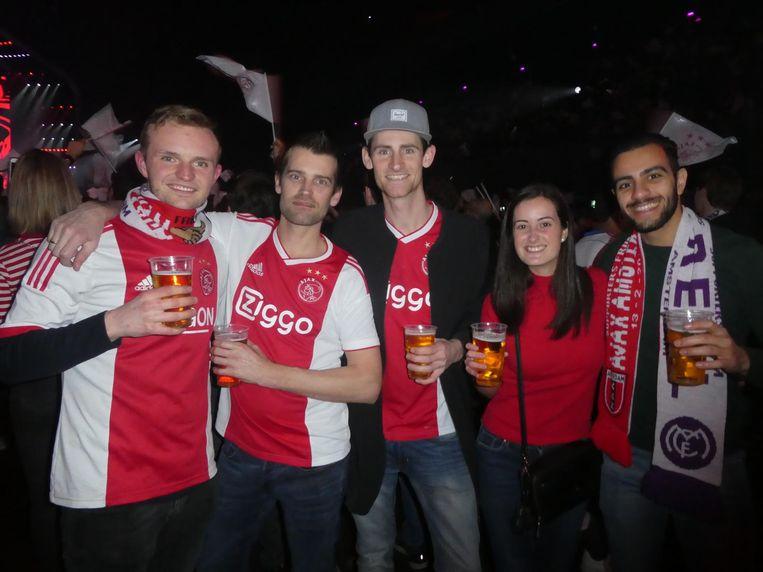 Ook vooraf: supporters Jordi Bakker, Jori en Rowin de Jong, Adriana Kosma en Stavros Papademetriou, uit Cyprus. Rowin: 'De toto zegt 3-0. Dat is de hoogste quotering' Beeld Schuim