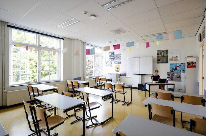 Een lerares op Atheneum College Hageveld is bezig met voorbereidingen voor het begin van het nieuwe schooljaar.
