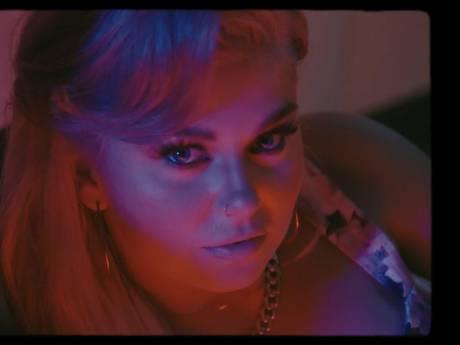 Dit is de nieuwe single en clip van Roxeanne Hazes
