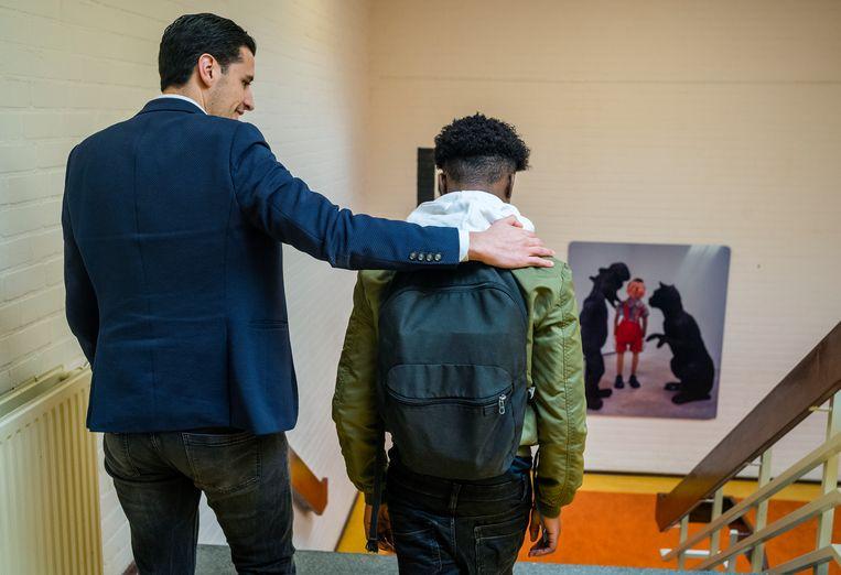 Karim el Azzouzi, teamleider van de onderbouw, met een leerling. Beeld Jiri Büller