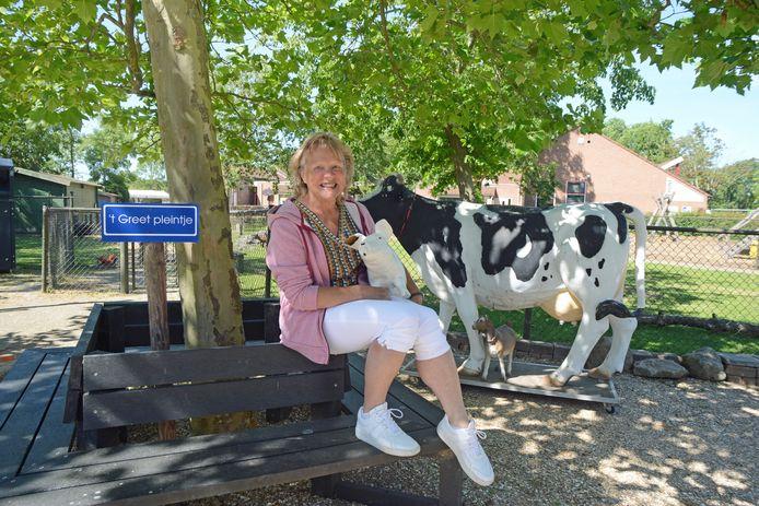 Greet Timmerman op het plein van de stadsboerderij in Zierikzee, dat naar haar werd vernoemd in verband met haar afscheid.
