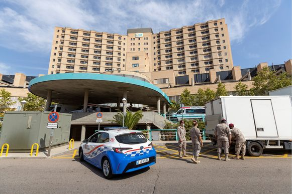 In Zaragoza is het leger begonnen aan de opstelling van een nieuw triagecentrum op de parking van een ziekenhuis daar.