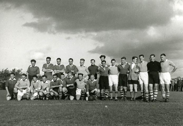 Osse voetballers van OSS en TOP en een elftal van Engelse militairen die op 14 oktober 1944 tegen elkaar speelden op het sportpark.