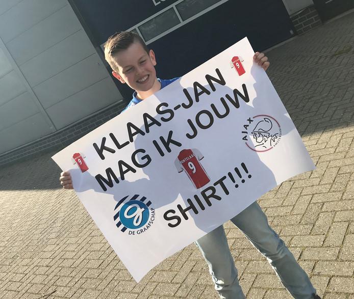 Twan Bouwman (11) uit Zevenaar met zijn spandoek waarmee hij om het shirt van Klaas-Jan Huntelaar vroeg.