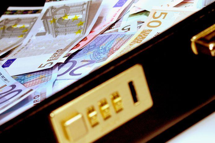 Bij nader onderzoek bleek dat de verdachte iedere maand contant geld stortte met onduidelijke herkomst.