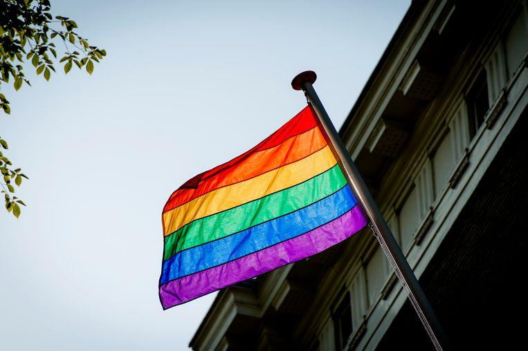 De regenboogvlag wappert ter gelegenheid van de Amsterdam Gay Pride. Beeld ANP