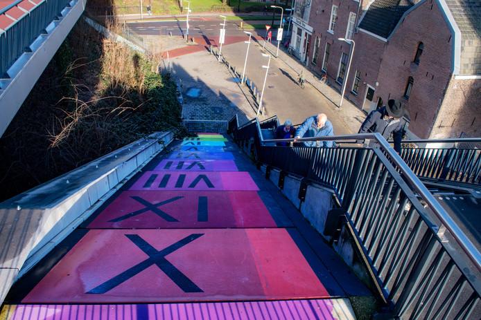 De roltrap naast de fietstrap bij de Hezelpoort is vervangen door een kleurrijk kunstwerk.