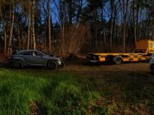 Dieven laten gestripte Lexus achter in bos bij De Moer
