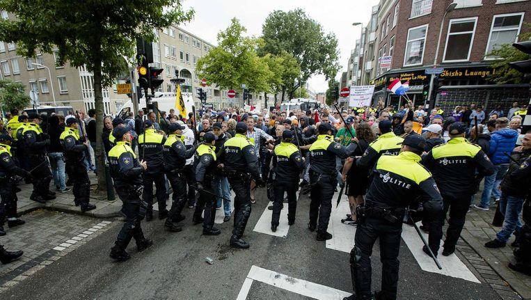 Demonstranten worden geblokkeerd door de politie tijdens de 'Mars van de vrijheid' tegen moslimradicalen en anti-semitisme in de Haagse wijken Schilderswijk en Transvaal. De anti-IS-demonstratie is georganiseerd door een groep Hagenaars die zich Pro Patria (Voor het vaderland) noemt. Beeld anp