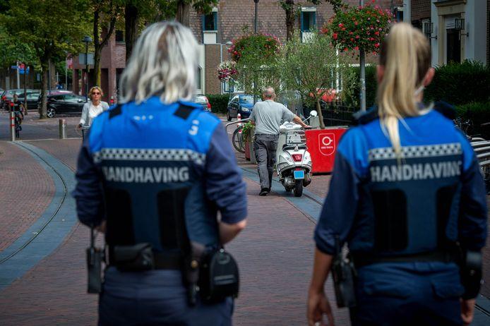 De boa's in Wijchen bekeuren scooterrijders die door het centrum rijden met scooters. Straks moeten ze ook op oudjaarsnacht ingrijpen.