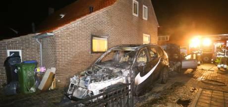 Brandweer voorkomt dat autobrand overslaat naar woning in Ammerzoden, politie vermoedt brandstichting