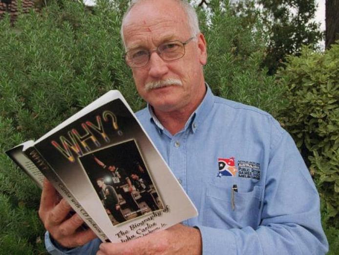 Wijlen Peter Norman leest in de biografie van John Carlos.