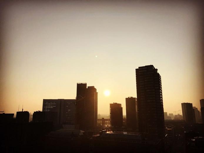 Rotterdam ontwaakt met een zonnetje.