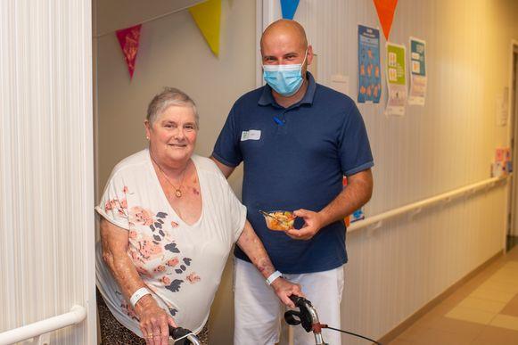 Simonne D'Hondt viert haar vijfenzeventigste verjaardag met een frisse fruitsla