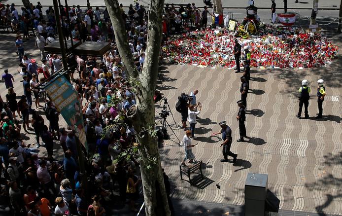 Politie-agenten houden bezoekers van de Ramblas in Barcelona tegen waar een rugzak voor ophef zorgde.