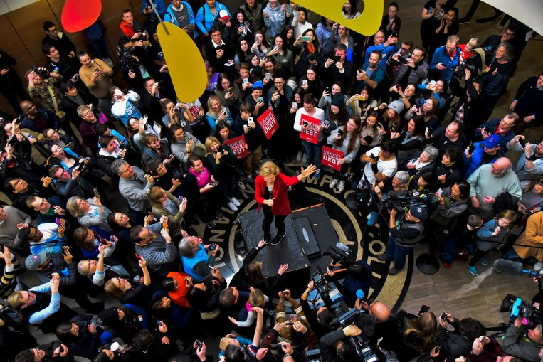 Senator Elizabeth Warren spreekt bij het Simpson College tijdens haar campagne. Beeld EPA