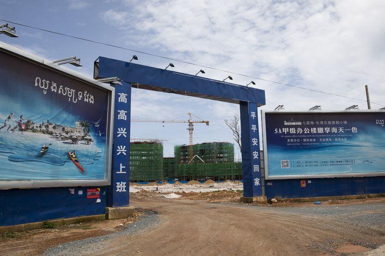 De door de Amerikanen gewantrouwde aanleg van het Dara Sakor Seashore Resort in Cambodja, met onder meer een haven en een vliegveld. Beeld Bloomberg via Getty Images