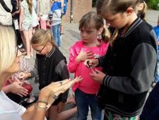 Leraren krijgen gelakte nagels, gebak en worden toegezongen