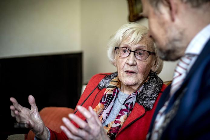 """Thea Oude Elferink-Berentsen legt het burgemeester Patrick Welman nog één keer uit. """"De komst van de geiser vond ik ook bijzonder. Dat er ineens warm water uit de kraan kwam."""""""