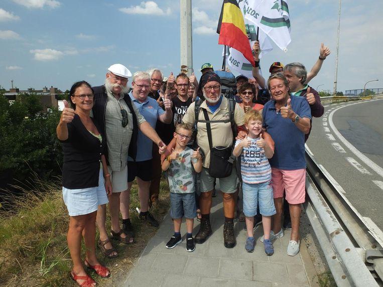 Enkele spelers van De Driesjes en sympathisanten verwelkomen Johan De Smet.