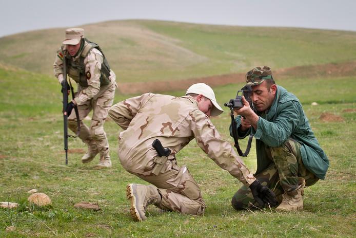 Een Nederlandse trainer leidt een Koerdische Peshmerga-strijder op