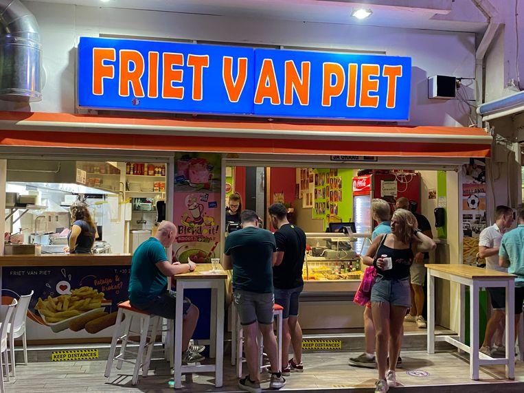 Snackbar Friet van Piet in Chersonissos. Beeld Thijs Kettenis