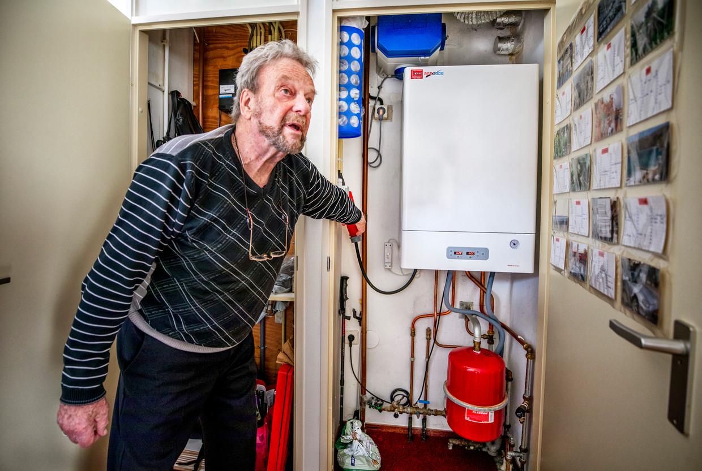Mar Aalders bij de elektrische ketel in zijn appartement in Middelburg.  Beeld Raymond Rutting