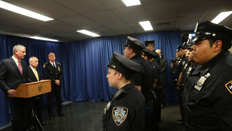 De New Yorkse burgemeester Bill de Blasio (links) spreekt zijn korps toe. Beeld afp