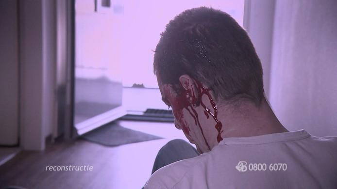 Beeld van de reconstructie in Bureau Brabant. Het slachtoffer bleef zwaar bloedend achter.