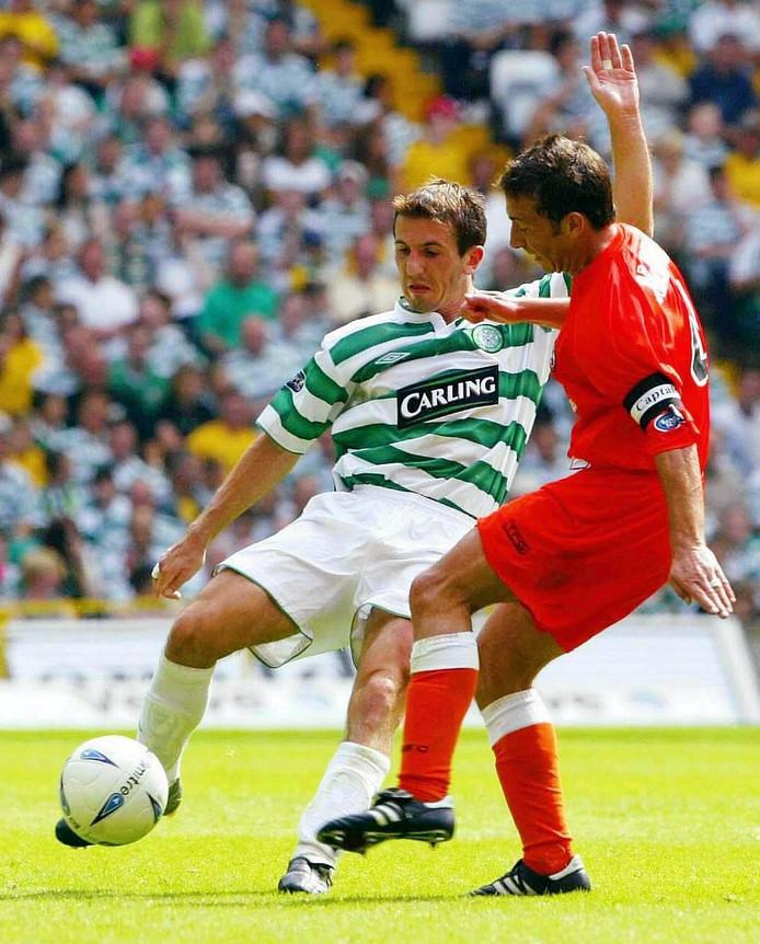 Liam Miller (l) in actie namens Celtic op 16 augustus 2003.