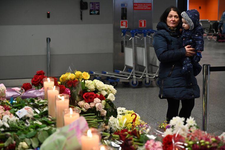 Iraniërs hebben bloemen gelegd bij luchthaven Boryspil in Kiev voor de slachtoffers van de vliegtuigramp. Beeld AFP