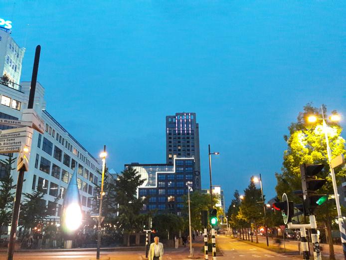 De toren Onyx aan de Mathildelaan in Eindhoven, met het lichtkunstwerk-in-wording van Har Hollands. Het is nog niet af, aldus de lichtkunstenaar.