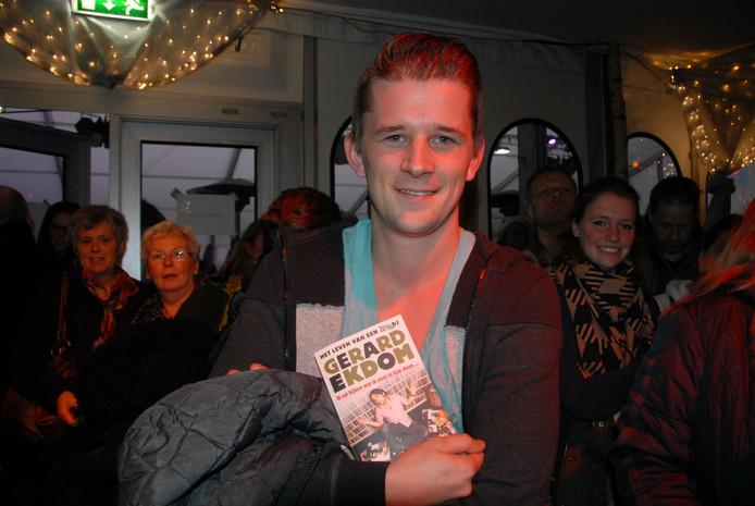 Elmar Wouters met de autobiografie van Gerard Ekdom.