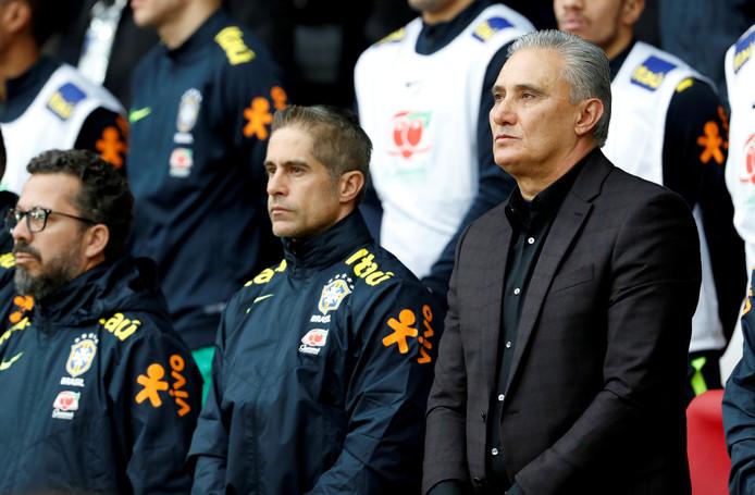 Sylvinho (midden) als assistent van Brazilië, naast bondscoach Tite (rechts).