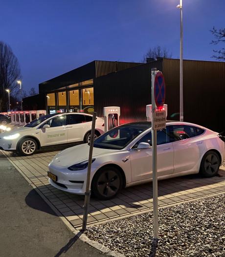 Enschedeër over laadfile voor Tesla's op wintersport: 'Nogal uitvergroot'