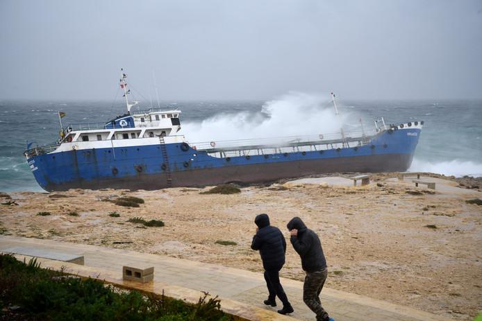 Een vrachtschip is, door slecht weer en harde wind, vastgelopen op de Maltese kust in Qawra. Foto Mark Zammit Cordina