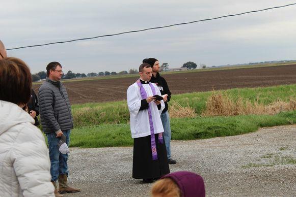 Pastoor Barzare spreekt zijn zegening uit.