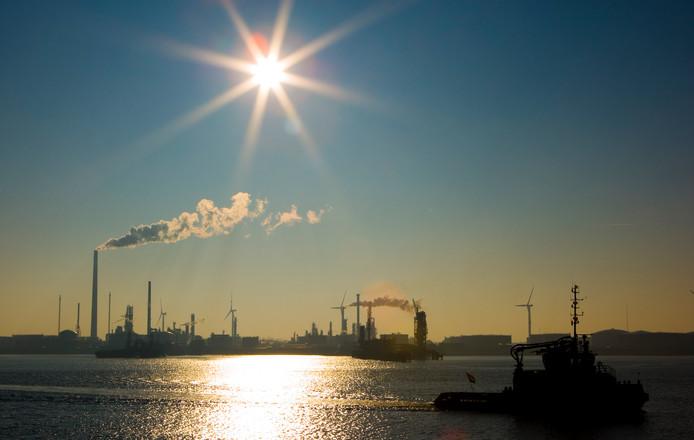 Foto ter illustratie. De Rotterdamse haven.