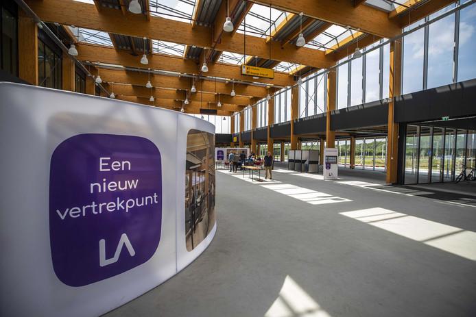 De nieuwe terminal van Lelystad Airport, dat volgend jaar april open moet voor vakantievluchten
