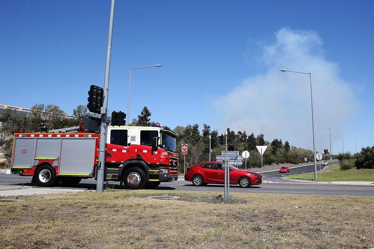 Brandweermannen proberen een bosbrand onder controle te krijgen in de buurt van Melbourne.