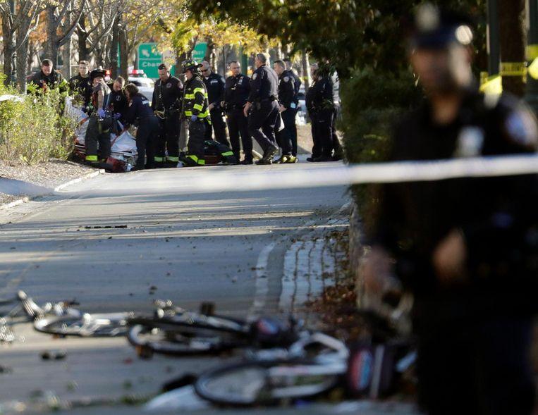 Hulpverleners buigen zich over een van de slachtoffers. Beeld EPA