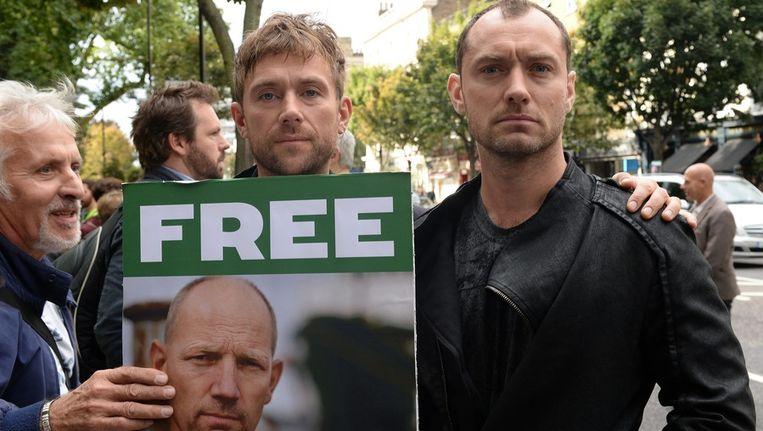 Ook in Londen werd geprotesteerd, acteur Jude Law (R) en bandlid van Blur Damon Albarn, waren daar aanwezig. Beeld epa