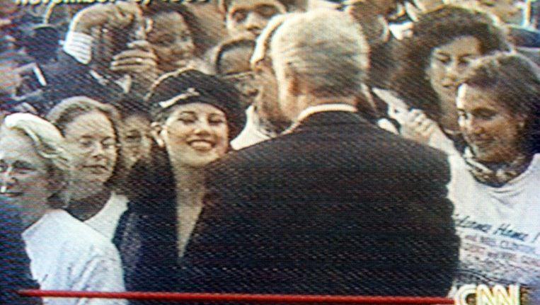 Het beroemde screenshot waar Bill Clinton en Monica Lewinsky elkaar gedag zeggen Beeld ANP