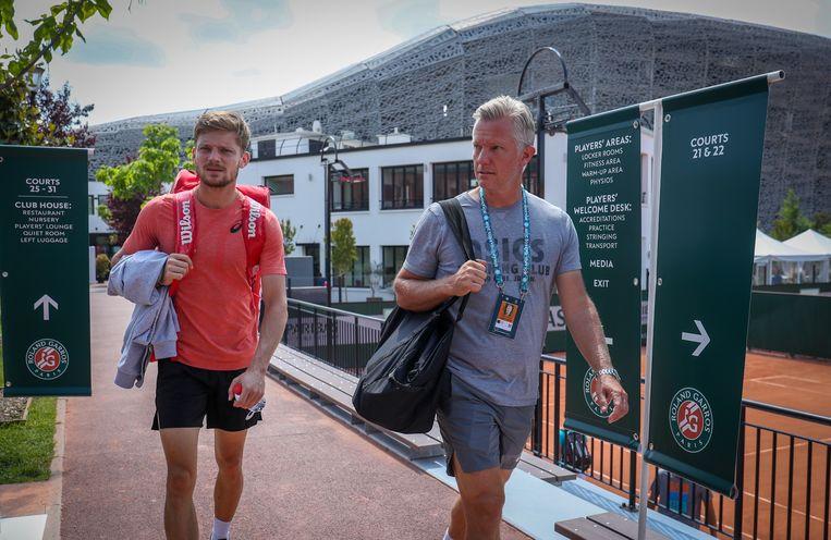 Goffin met zijn coach Thomas Johansson op weg naar een training daags voor zijn eerste ronde op Roland Garros.