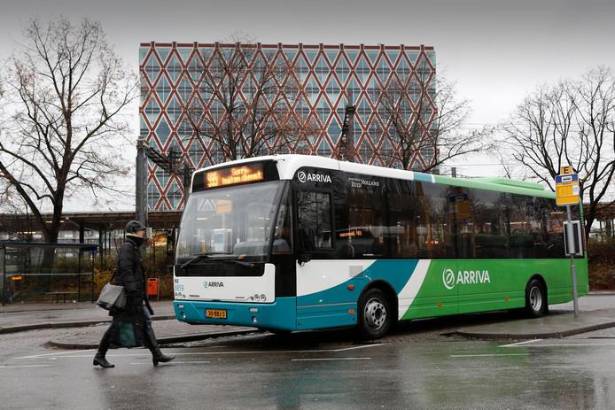 Een bus van Arriva bij het station van Gouda.