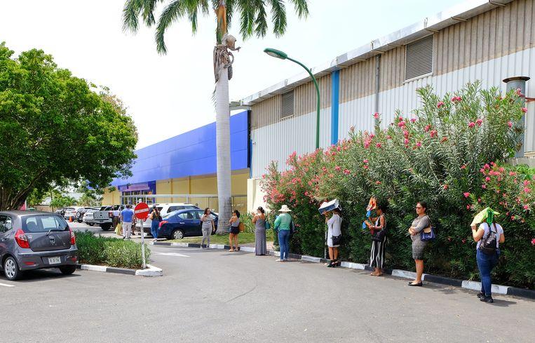 Rijen bij de supermarkt op Curaçao tijdens de coronapandemie. Beeld Ramsay Soemanta